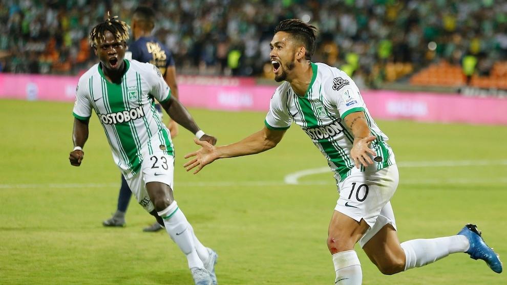 Andrés Andrade celebra un gol con Atlético Nacional.