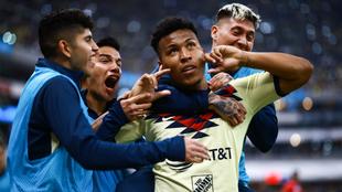 Roger festeja un gol con sus compañeros.