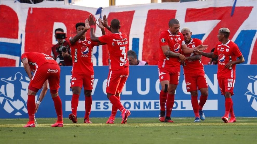 Jugadores de América celebran un gol en Santiago de Chile.