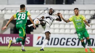 Una acción del partido entre Olimpia vs Defensa y Justicia.