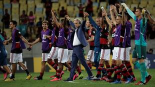 Jorge Jesús levanta los brazos con sus jugadores.