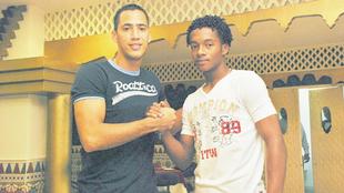 Braynner García se saluda con Cuadrado en Barranquilla.