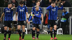 Los jugadores del Atalanta celebran uno de los goles ante el Valencia