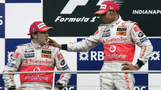 Lewis Hamilton consola a Alonso tras una carrera.