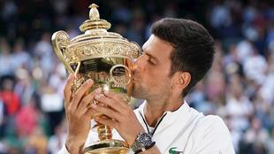 Nole besa el trofeo de Wimbledon.