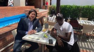 Carmelo junto a Cadena en un restaurante.