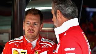 Sebastian Vettel dialoga con alguien de Ferrari.