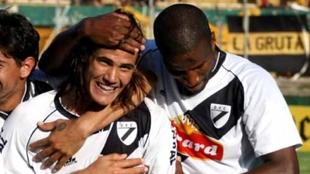 Edinson Cavani y Hamilton Ricard celebran un gol con Danubio.