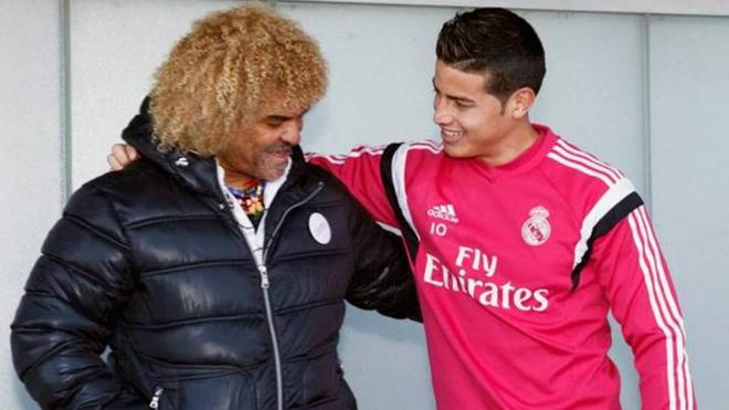 Valderrama se abraza con James en una práctica del Madrid.