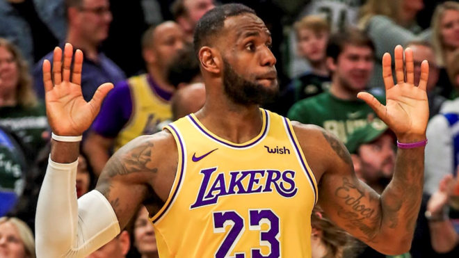 LeBron levanta sus manos en un juego de los Lakers.