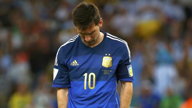 Leo Messi, con la cabeza hacia abajo.