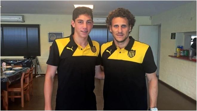Fede Valverde junto a Diego Forlán con la vestimenta de Peñarol.