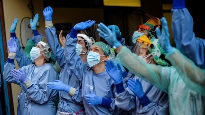 En China aplican transfusiones de plasma sanguíneo para curar a enfermos por coronavirus.