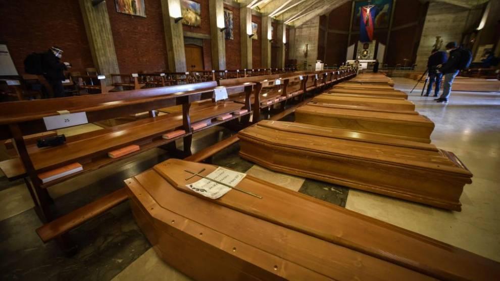 Féretros acumulados en una iglesia durante la pandemia de COVID-19 /