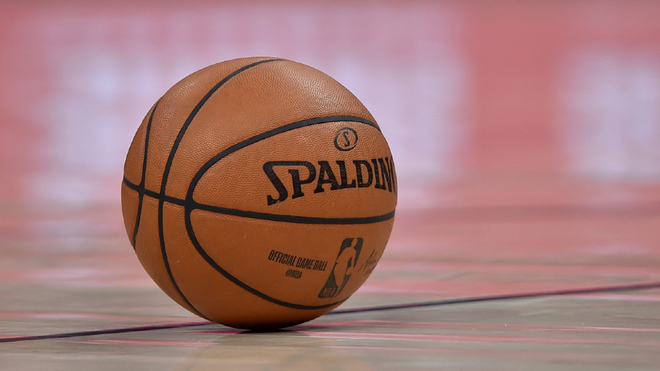 Un balón de la NBA sobre el piso.