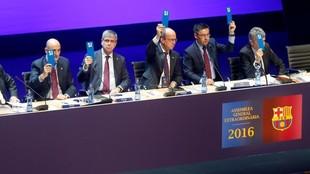 Seis directivos de la junta del Barcelona presentaron su dimisión...