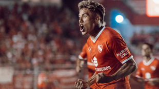 Roa celebra un gol con la camiseta de Independiente.