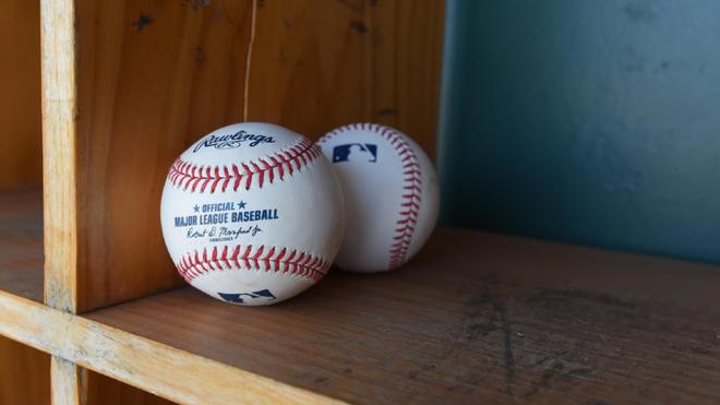Dos bolas de béisbol.
