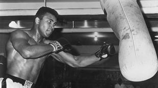 Muhammed Ali durante un entrenamiento luego de ser condenado a cinco...