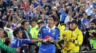 Dayro Moreno celebra un gol con la hinchada de Millonarios.