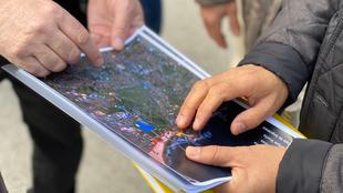 Organizadores ven el mapa de Portugal.