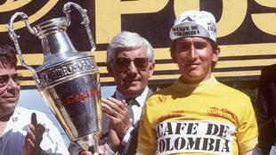 Lucho recibe el trofeo de La Vuelta 1987.