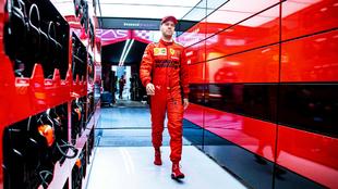Sebastian Vettel con el uniforme de Ferrari