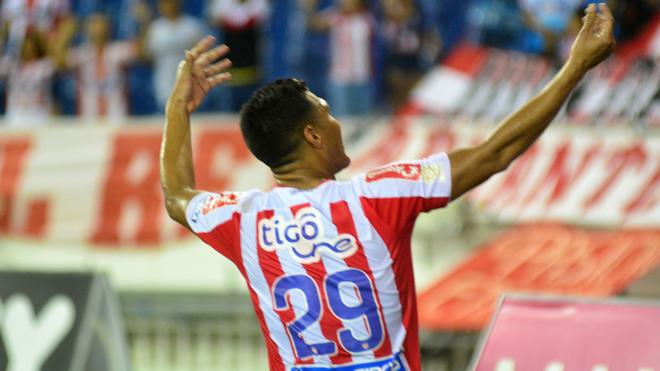 Teo celebra un gol con los hinchas de Junior.