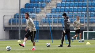 Ramos (i) y Bale (d), junto a su entrenador, el francés Zinedine...