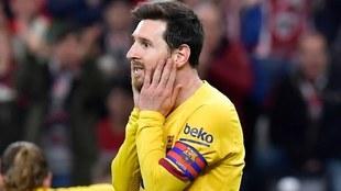 Messi se lleva las manos a la cara durante un partido con el Barcelona