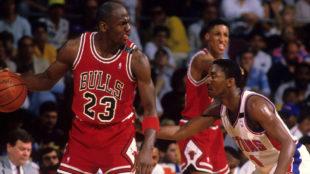 Jordan domina el balón ante la marca de Isiah.
