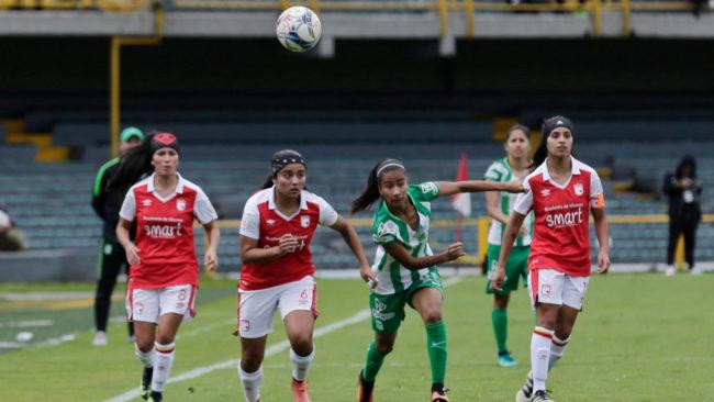 Acción de un partido de fútbol femenino entre Santa Fe y Nacional.