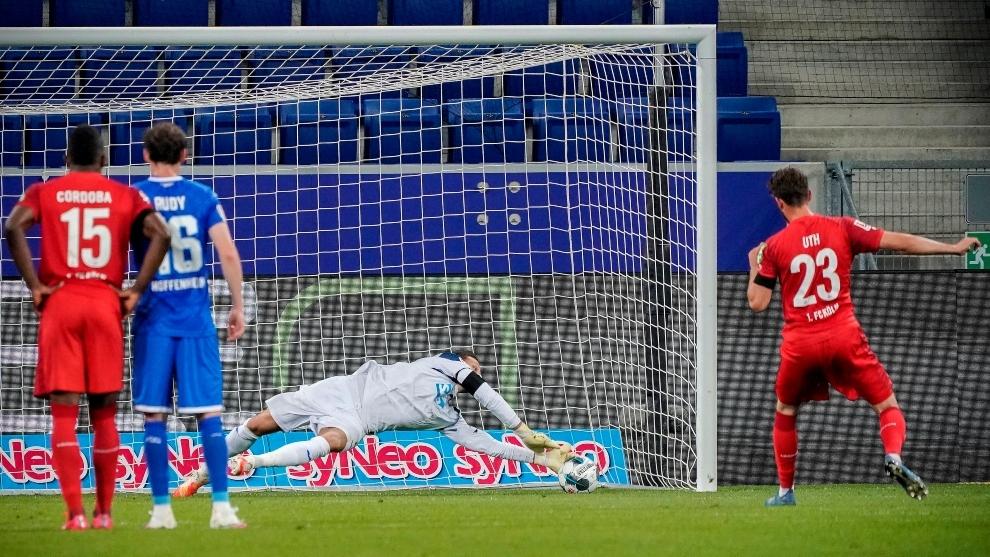 Uth erra el penalti cpontra el Hoffenheim.