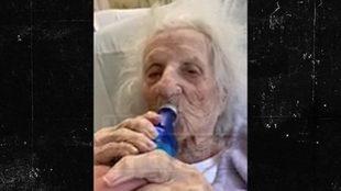 La abuelita de 103 años tomándose una cerveza tras ganar al COVID-19