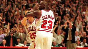 Kerr y Jordan se saludan en un juego con los Bulls.