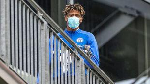 Todibo sigue un partido del Schalke tras ser sustituído