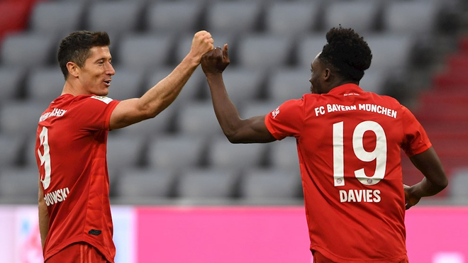 Lewandowski celebra con Alphonso Davies el 5-0