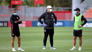 Diego Simeone (d), junto al segundo entrenador, Germán Burgos (c), y...