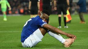 Yerry Mina, sentando en el césped, tras un partido con el Everton
