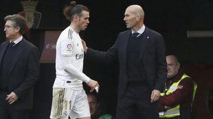 Zidane saluda a Bale tras sustituirle en un partido