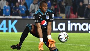 Faríñez ataja un remate con sus manos.