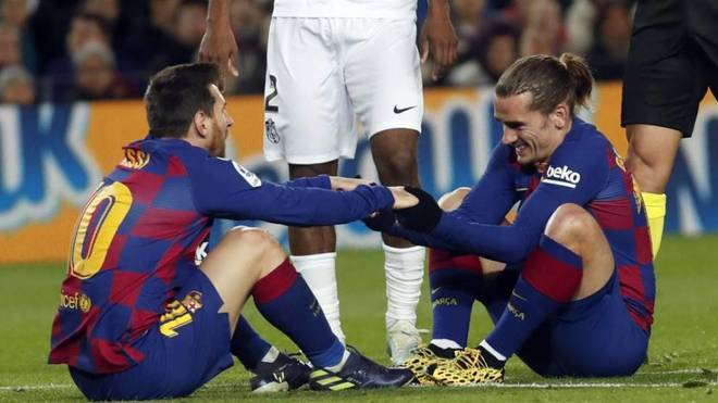 Messi y Griezmann, sobre el césped, en un partido del Barcelona