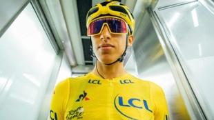 Egan Bernal, ciclista colombiano, con la camiseta de líder del Tour...