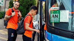 David Ospina y James Rodríguez, con teléfono en mano, suben a un...