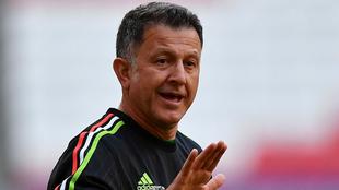 Juan Carlos Osorio dirige una práctica con la Selección México.