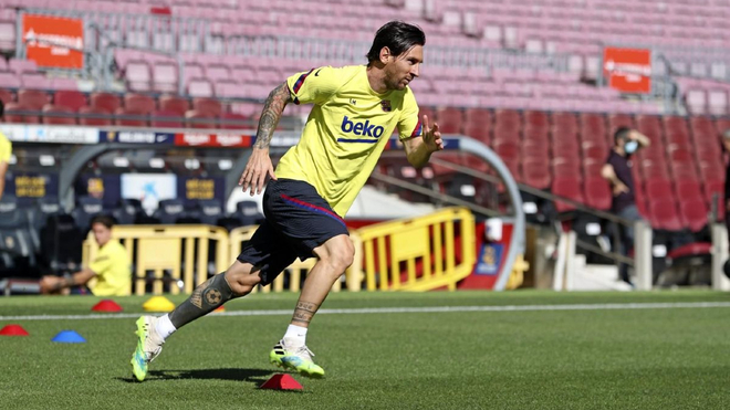Leo Messi realiza trabajos sobre el césped del Camp Nou.