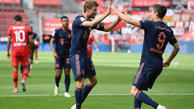 Thomas Müller felicita a Robert Lewandowski por su gol ante el...