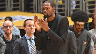 Durant aplaude en un partido con los Nets de Brooklyn.