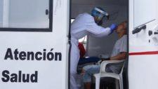 Profesional de la salud realiza una prueba de coronavirus a un...