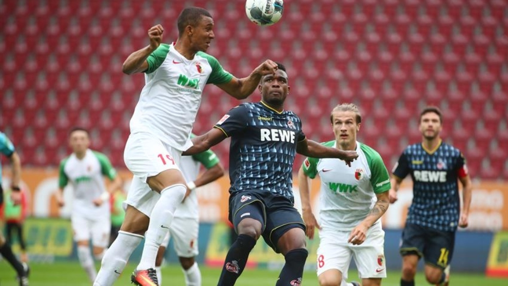 Jhon Córdoba y Felix Uduokhai disputan un balón en el partido entre...